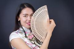 Mujer asiática hermosa con una fan de la mano Fotografía de archivo