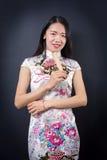 Mujer asiática hermosa con una fan de la mano Imagen de archivo libre de regalías
