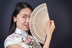 Mujer asiática hermosa con una fan de la mano Foto de archivo