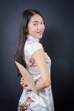Mujer asiática hermosa con una fan de la mano Fotos de archivo libres de regalías