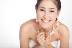 Mujer asiática hermosa del retrato en el vestido de boda blanco Fotos de archivo