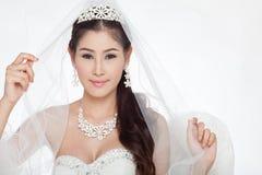 Mujer asiática hermosa del retrato en el vestido de boda blanco con velo Foto de archivo libre de regalías