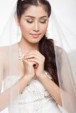 Mujer asiática hermosa del retrato en el vestido de boda blanco con velo Fotografía de archivo
