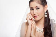 Mujer asiática hermosa del retrato en el vestido de boda blanco con velo Imágenes de archivo libres de regalías