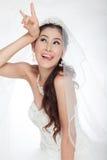 Mujer asiática hermosa del retrato en el vestido de boda blanco con velo Imagenes de archivo