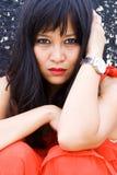 Mujer asiática hermosa en el ambiente urbano Fotos de archivo