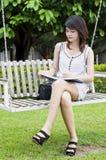 Mujer asiática hermosa en el oscilación de madera. Fotos de archivo libres de regalías