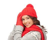 Mujer asiática hermosa en sombrero, bufanda y manoplas Foto de archivo libre de regalías