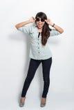 Mujer asiática hermosa joven con las gafas de sol, presentando en el CCB blanco Imágenes de archivo libres de regalías