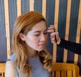 Mujer asiática hermosa joven que aplica maquillaje Fotos de archivo