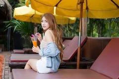 Mujer asiática hermosa joven que se relaja en centro turístico Imagen de archivo