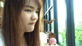 Mujer asiática hermosa que come el desayuno sabroso en café almacen de metraje de vídeo