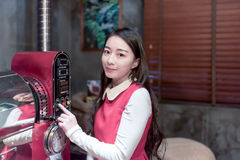 Mujer asiática hermosa que hace el café Imagenes de archivo