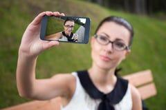 Mujer asiática hermosa que hace la foto del selfie en el teléfono elegante Fotos de archivo libres de regalías