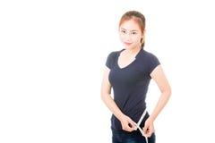 Mujer asiática hermosa que mide su cintura Imágenes de archivo libres de regalías