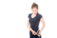 Mujer asiática hermosa que mide su cintura Imagenes de archivo