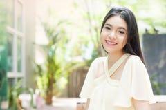 Mujer asiática hermosa que sonríe en el parque verde Foto de archivo libre de regalías