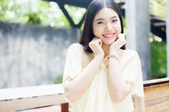 Mujer asiática hermosa que sonríe en el parque verde Fotografía de archivo libre de regalías
