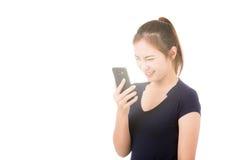 Mujer asiática hermosa que usa el teléfono móvil Fotos de archivo