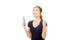 Mujer asiática hermosa que usa el teléfono móvil Imagenes de archivo