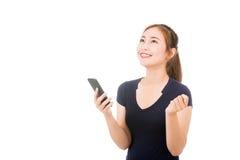 Mujer asiática hermosa que usa el teléfono móvil Foto de archivo libre de regalías