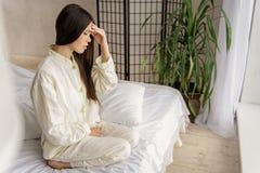 Mujer asiática infeliz que siente enferma Imagen de archivo libre de regalías