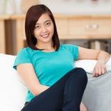 Mujer asiática joven amistosa que se relaja en casa Imagen de archivo libre de regalías