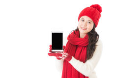 Mujer asiática joven china que presenta la tableta digital Fotos de archivo libres de regalías