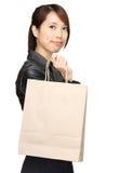 Mujer asiática joven con el bolso de compras Imagenes de archivo