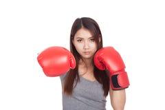 Mujer asiática joven con el guante de boxeo rojo Imagen de archivo libre de regalías
