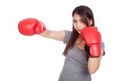 Mujer asiática joven con el guante de boxeo rojo Imágenes de archivo libres de regalías