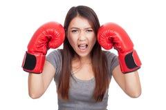 Mujer asiática joven con el guante de boxeo rojo Foto de archivo