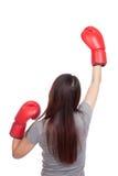 Mujer asiática joven con el guante de boxeo rojo Fotografía de archivo