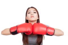 Mujer asiática joven con el guante de boxeo rojo Fotografía de archivo libre de regalías