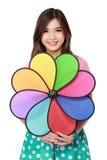 Mujer asiática joven con el molino de viento colorido Imágenes de archivo libres de regalías