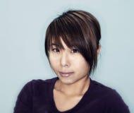 Mujer asiática joven con el pelo corto Imagenes de archivo