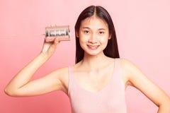 Mujer asiática joven con el teléfono de la lata imágenes de archivo libres de regalías