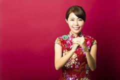 Mujer asiática joven con gesto de la enhorabuena Imagen de archivo libre de regalías