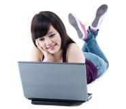 Mujer asiática joven con la computadora portátil Imágenes de archivo libres de regalías