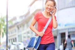 Mujer asiática joven en el teléfono Imagen de archivo libre de regalías