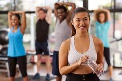 Mujer asiática joven en un gimnasio Imagen de archivo