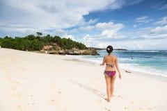 Mujer asiática joven que camina en la playa de Lembongan en Bali en Indonesi Foto de archivo
