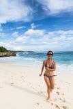 Mujer asiática joven que camina en la playa de Lembongan en Bali en Indonesi Fotos de archivo