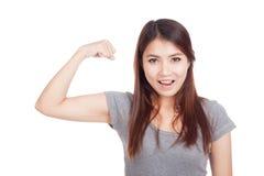 Mujer asiática joven que dobla su bíceps imágenes de archivo libres de regalías