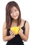 Mujer asiática joven que goza de una taza de café Foto de archivo libre de regalías