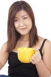 Mujer asiática joven que goza de una taza de café Fotografía de archivo libre de regalías