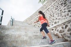 Mujer asiática joven que hace el ejercicio al aire libre en un parque, activando para arriba Imagenes de archivo