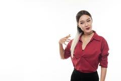 Mujer asiática joven que lleva la camisa de lámina Fotos de archivo libres de regalías