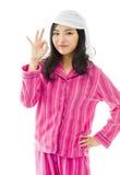Mujer asiática joven que muestra la muestra ACEPTABLE Foto de archivo libre de regalías