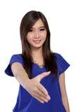 Mujer asiática joven que ofrece un apretón de manos Foto de archivo libre de regalías